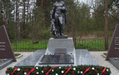 Гирлянда возле памятника