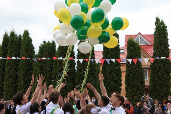 Выпускники запускают воздушные шары