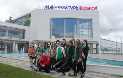 Общее фото на фоне здания мануфакуры